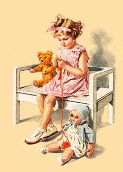 Kind strickt auf einem Stuhl sitzend, eine Puppe und ein Bär sitzen still daneben.