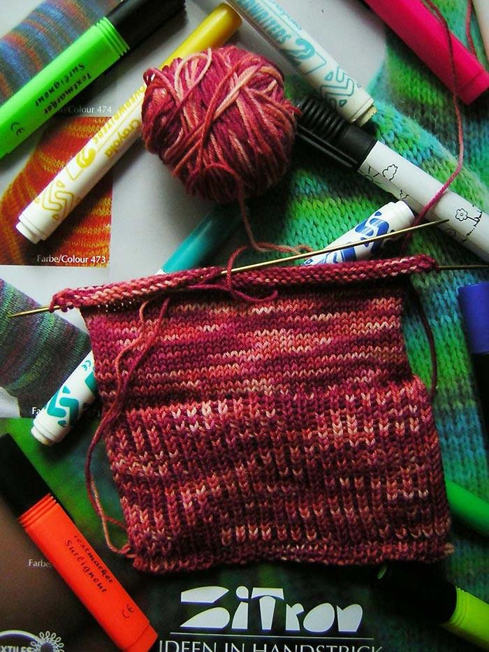 Handgef�rbte Sockenwolle beim Verarbeiten vom Atelier Zitron